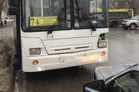 Водитель Kia Rio не предоставил преимущество автобусу маршрута №74.