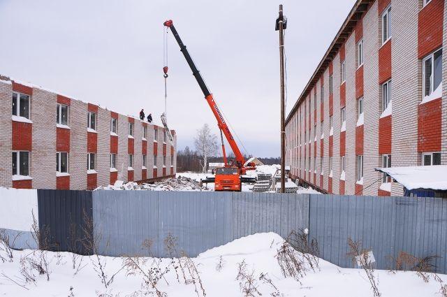 Строительство ЖК «Родниковый край» началось летом 2014 г. Вместо пяти обещанных монолитно-кирпичных трёхэтажных домов построили только один.