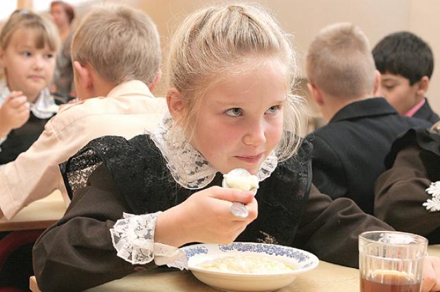 Омские школьники платят за питание по специальным банковским картам