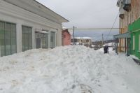 Огромные сугробы перегородили дворовой проезд в переулке Бубнова в Кизеле.