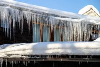 В Муравленко снег, упавший с крыши детского сада, травмировал девочку