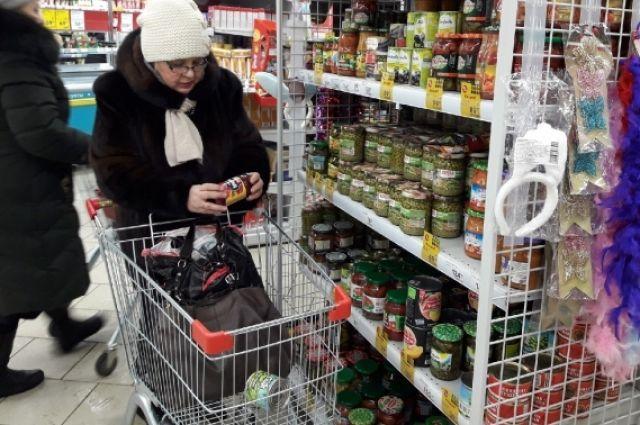 Одиноких стариков «кормят» только акции в магазинах, да и то не всегда.