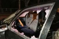 В результате ранения получили водитель и два его пассажиров, их госпитализировали в больницу.