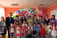 Антон Ляпин среди учеников и учителей своей школы.
