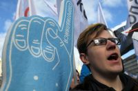 Участник согласованного митинга против действий властей в области регулирования интернет-отрасли, организованного Либертарианской партией России.