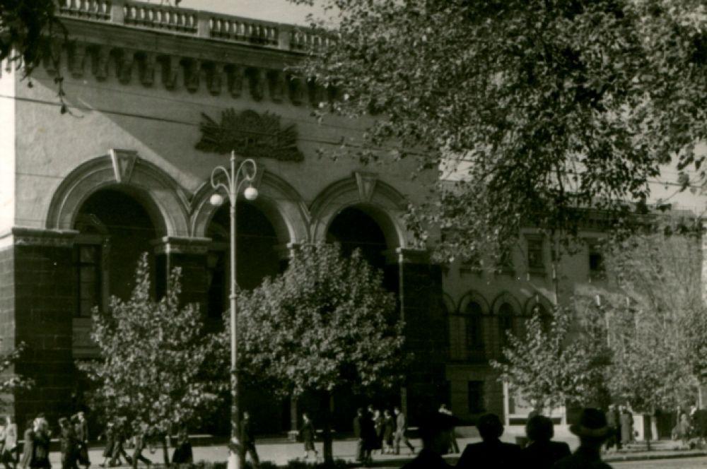 До революции в этом здании была женская гимназия, сейчас – Дом молодёжи. И всё-таки для воронежцев это по-прежнему Дом офицеров.