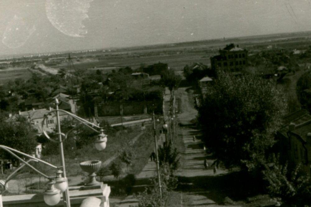 Улица Помяловского была просторным спуском к реке.