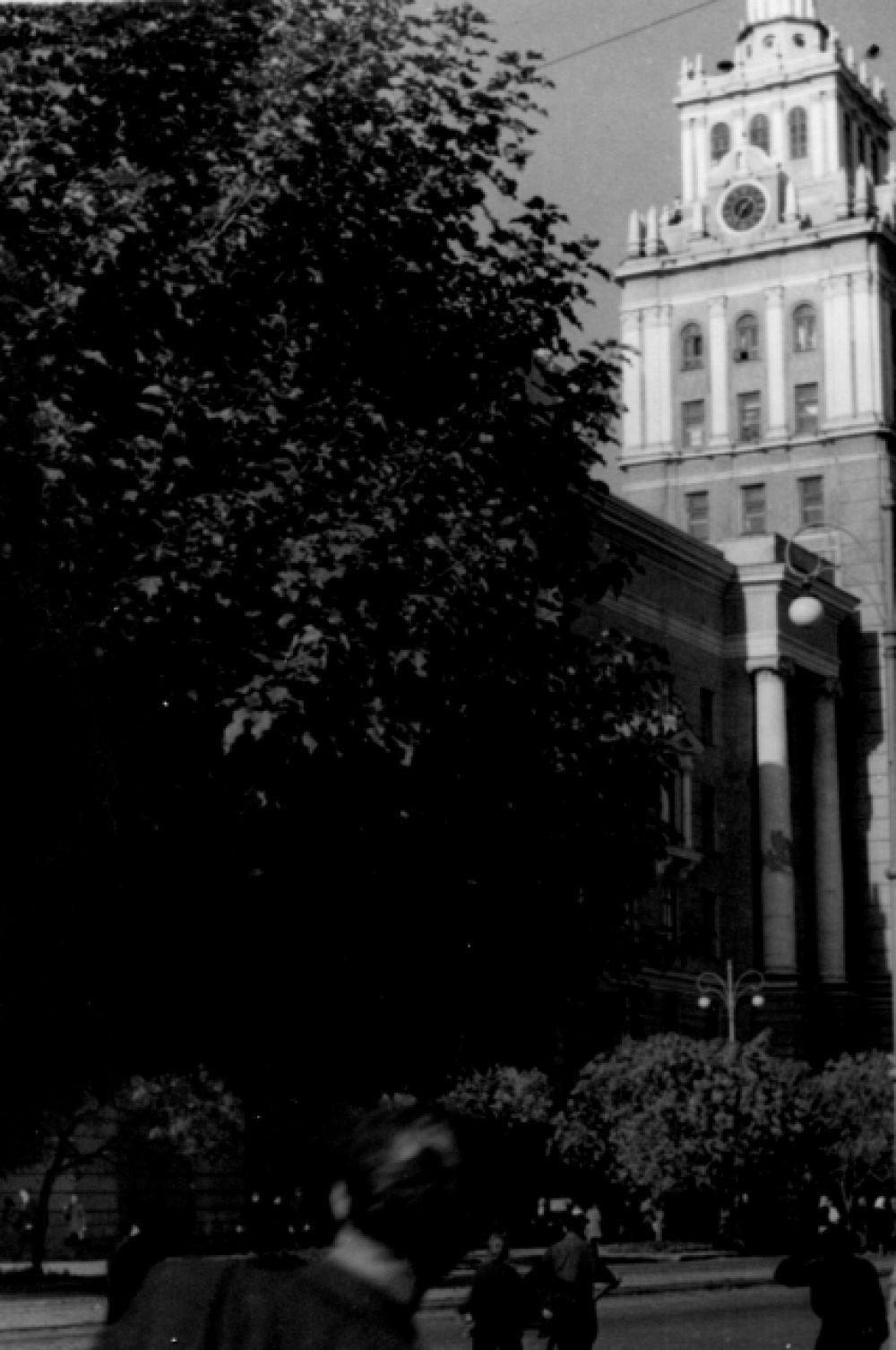 Здание ЮВЖД по-прежнему одно из самых красивых в городе.