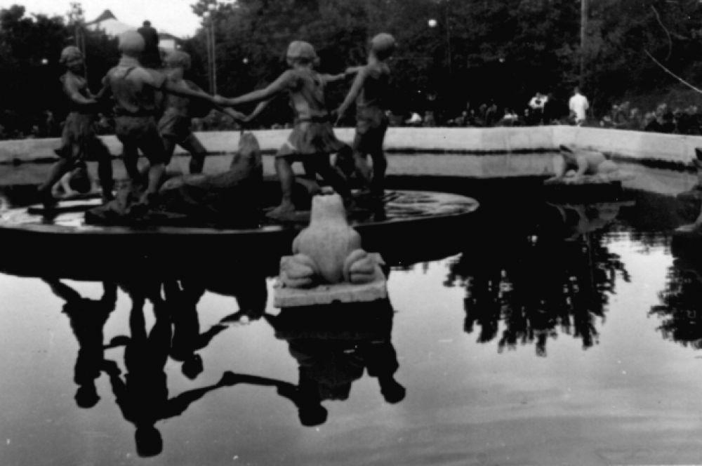 Дети водят хоровод вокруг крокодила, а за ними – огромные жабы. Фонтан, иллюстрирующий сказку Чуковского «Краденое солнце», располагался в Кольцовском сквере. Такой же стоял в Сталинграде – его фотографии стали одним из самых страшных символов войны.