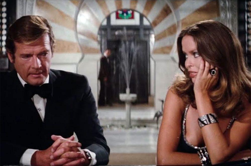 «Шпион, который меня любил» (1977). В десятом фильме «бондианы» Джеймс Бонд (Роджер Мур) во время выполнения задания встречается с майором КГБ Анной Амасовой (Барбара Бах), а их противником становится безумный злодей Стромберг и его помощник по прозвищу Челюсти.