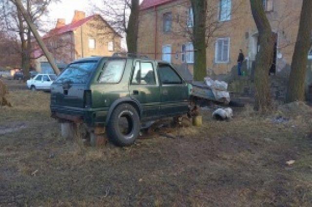 Калининградцы сообщили о 41 брошенной во дворе машине