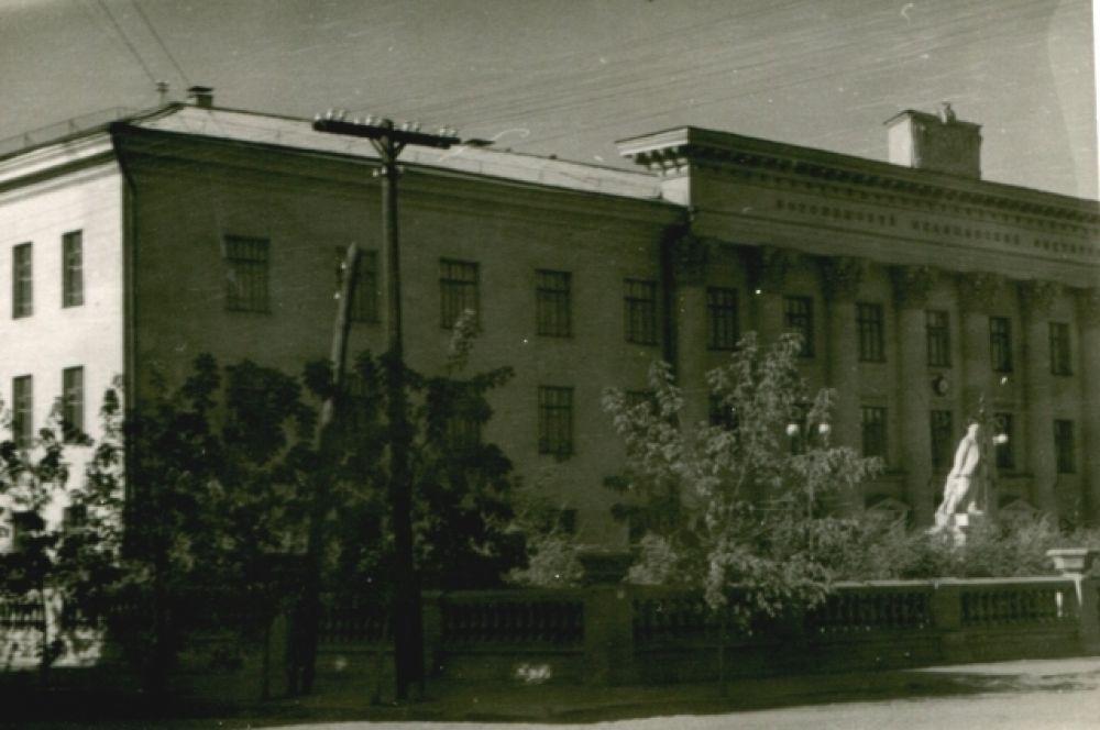 Главный медицинский вуз города был не университетом, не академией, а институтом.