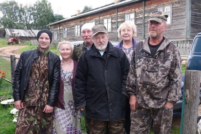 Владимир Личутин (в центре) с земляками в Мезени