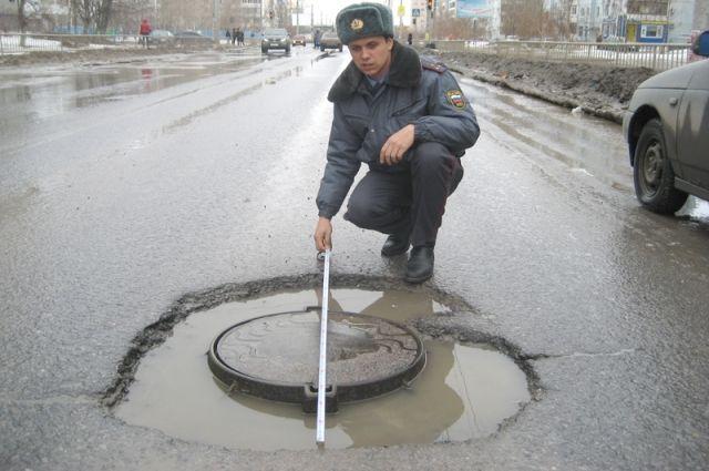 Опасные ямы появляются на магистралях после каждой зимы.