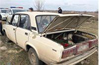 Три женщины и трое мужчин устроили стрельбу на кладбище и воровали живые цветы с могил.