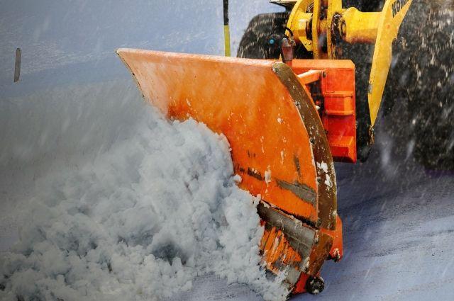 В Ноябрьске погрузчик, убирая снег, повредил припаркованный автомобиль
