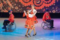 Две танцевальные пары вызывают шквал аплодисментов.