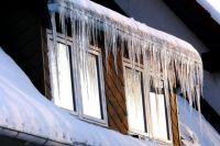 После обильных снегопадов на крышах скопились целые сугробы снега и намёрзли сосульки —смотрите почаще наверх.