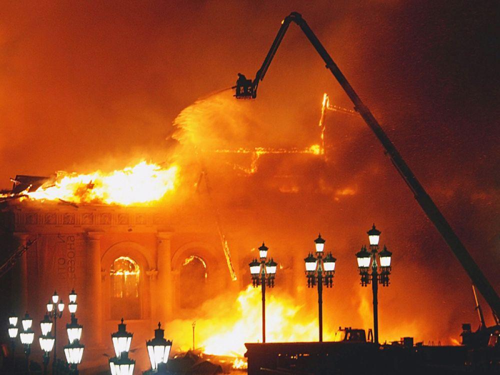 60 пожарных расчетов пытались потушить огонь.