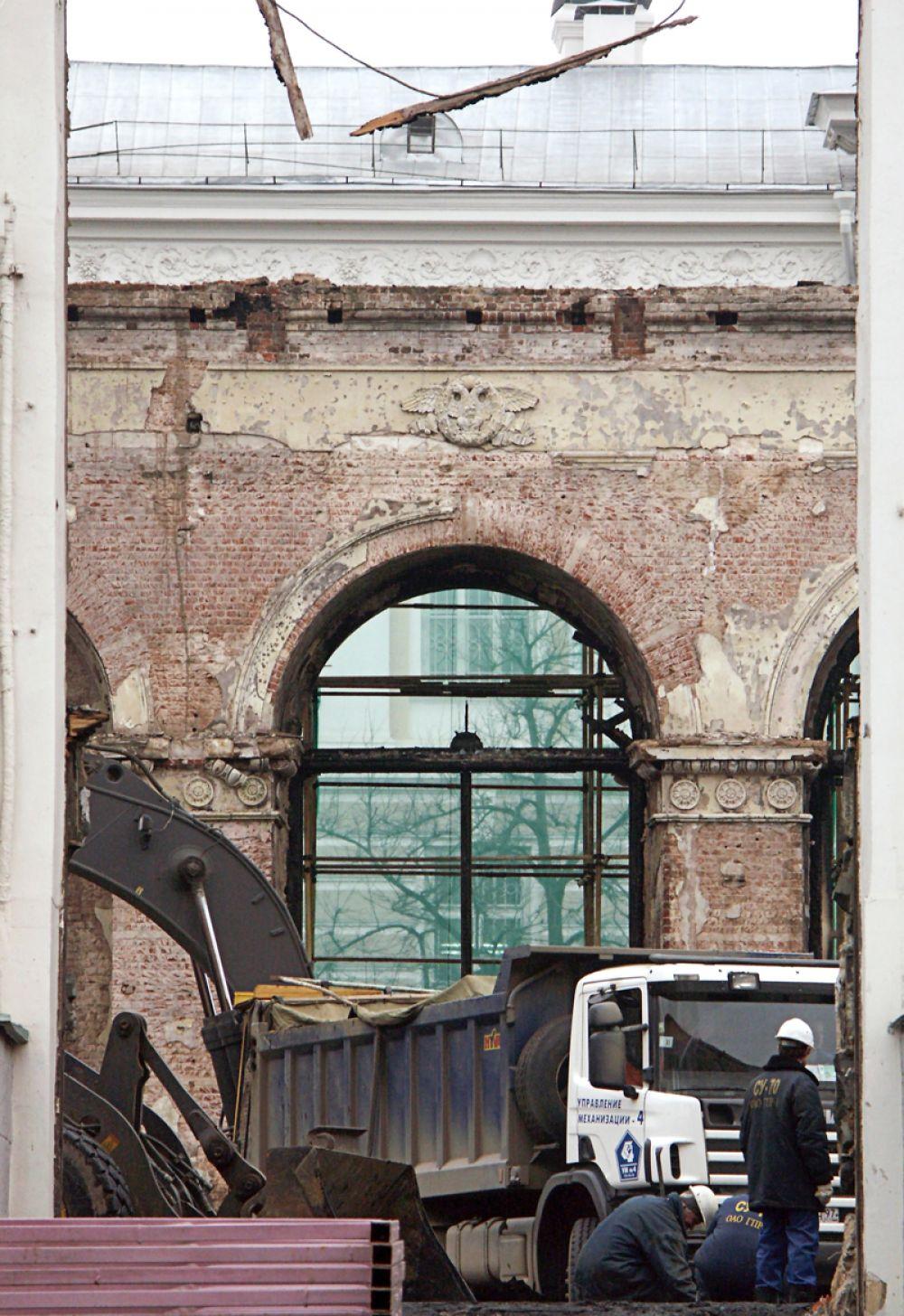 Пожар в здании Манежа был признан крупнейшим пожаром в столице с начала века.