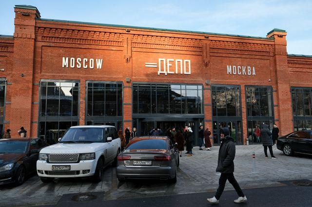 Вход на территорию первого фуд-молла «Депо Москва» в отреставрированном вагонном ангаре Миусского трамвайного депо на Лесной улице в Москве.