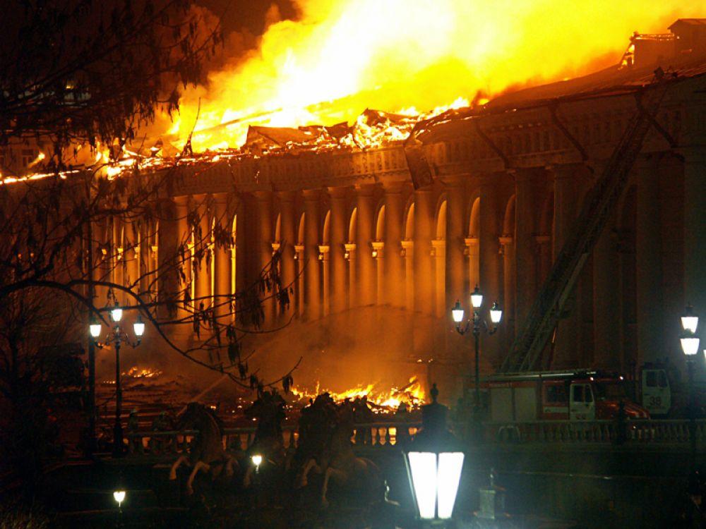 Пожар на крыше Центрального выставочного зала начался около 9 вечера. Его площадь превысила 5 тысяч квадратных метров.