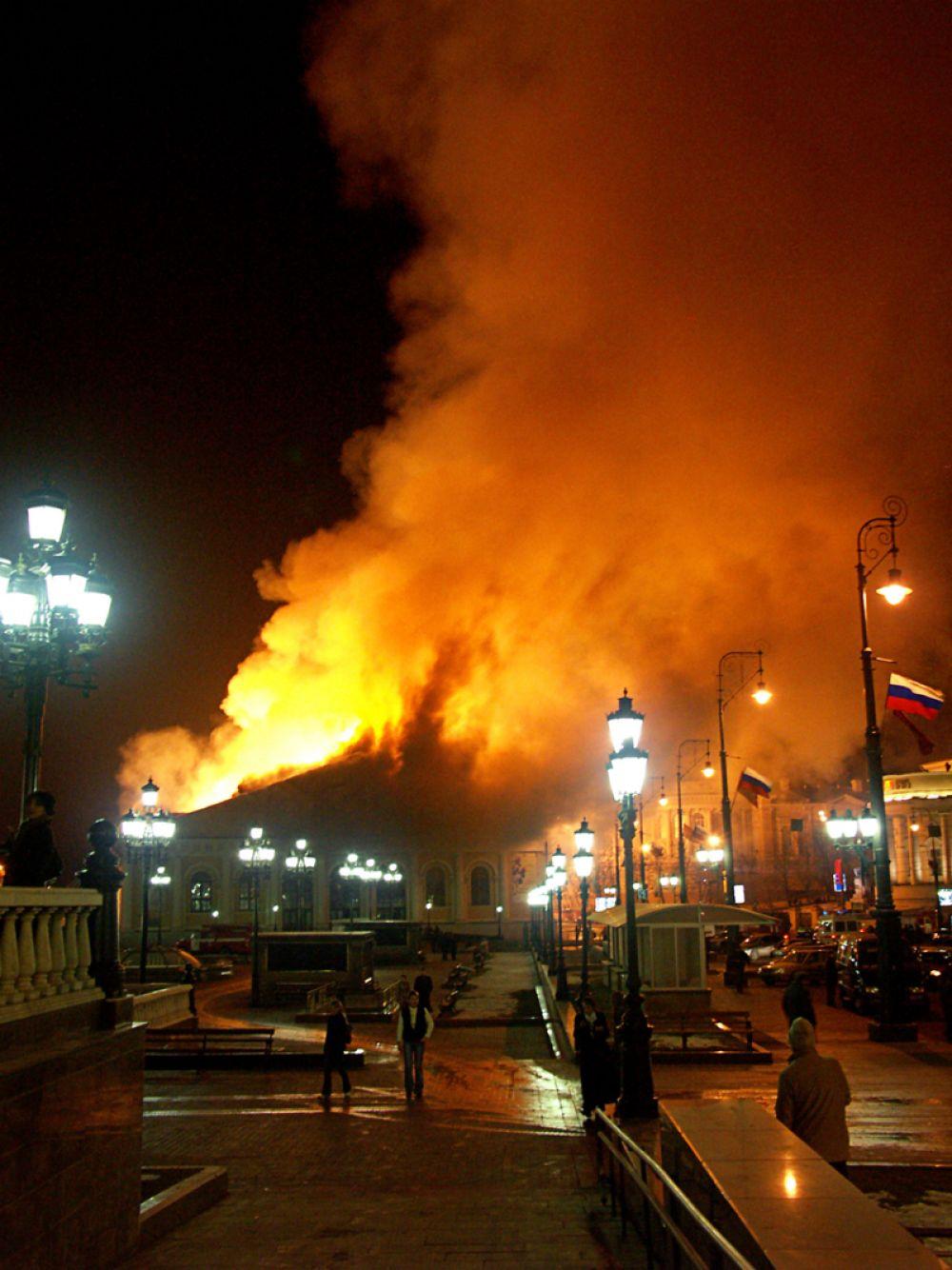 Борьба с огнем велась со стороны Моховой улицы, Александровского сада и Манежной площади.