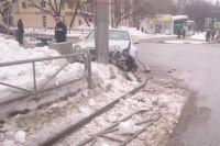 Land Cruiser на перекрёстке с улицей Крисанова наехал на препятствие.