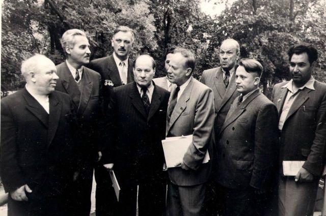 Сергей Михалков (третий слева) регулярно участвовал в съездах писателей.