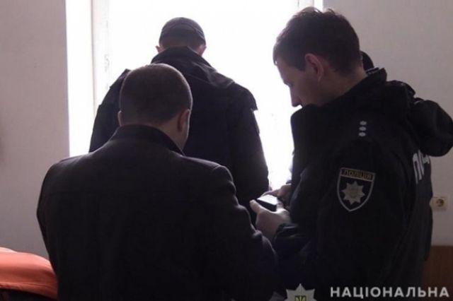 В столичном общежитии по улице Молодогвардейской правоохранители обнаружили тело мужчины с неизвестным предметом в руках.