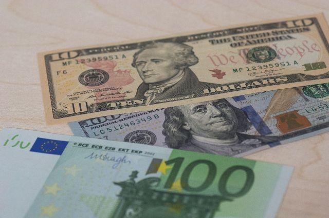 Курс евро упал ниже 74 рублей