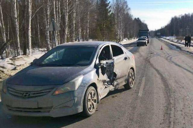 Женщина-водитель поворачивала налево и столкнулась с обгоняющей её машиной.