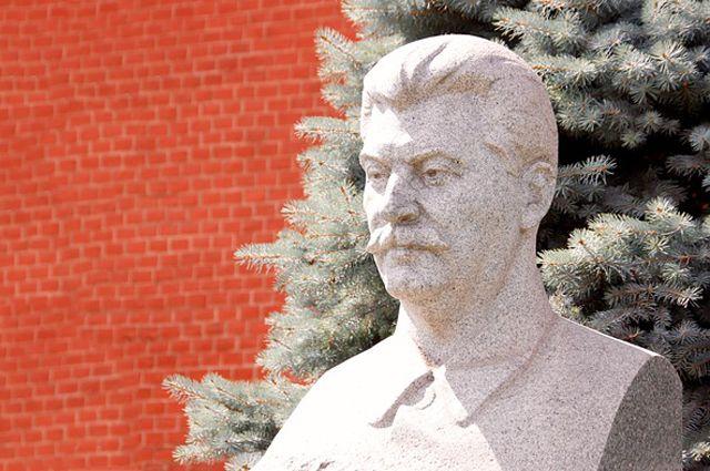 Памятник Сталину в Кремле.