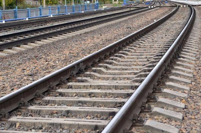 Девушка выбежала на рельсы прямо перед движущимся поездом и получила травмы несовместимые с жизнью.