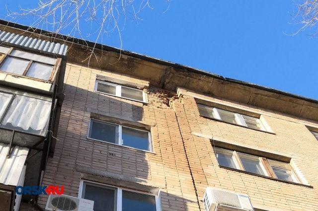 В Орске на проспекте Ленина обрушилась часть фасада дома