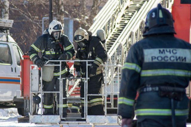 В результате пожара обгорели доски и утеплитель в перекрытии мусоросборной камеры на 1 этаже.
