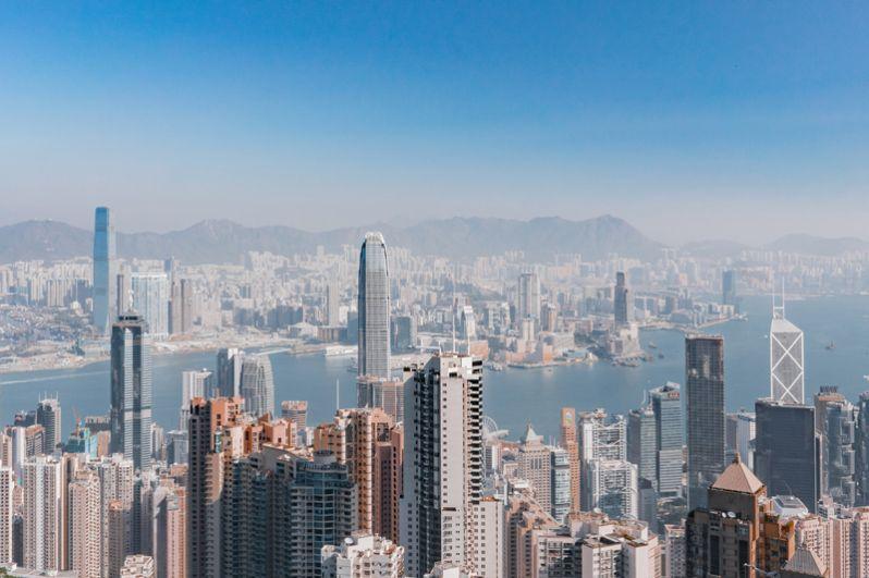 Гонконг. В настоящее время здесь проживают 79 миллиардеров, на 2 больше, чем в прошлом году. Их совокупное состояние оценивается в 355,5 млрд. Богатейший человек — создатель конгломерата Cheung Kong Group Ли Кашин.