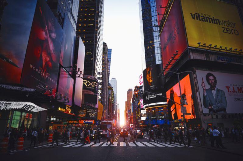 Нью-Йорк. На первом месте рейтинга городов с большим количеством миллиардеров ожидаемо оказался Нью-Йорк, здесь их 84. Около половины из них заработали свои капиталы в финансовой индустрии, также популярной сферой является недвижимость. Совокупное состояние этих людей оценивается в 469,7 млрд долларов. Самым богатым человеком является владелец информационного агентства Майкл Блумберг.