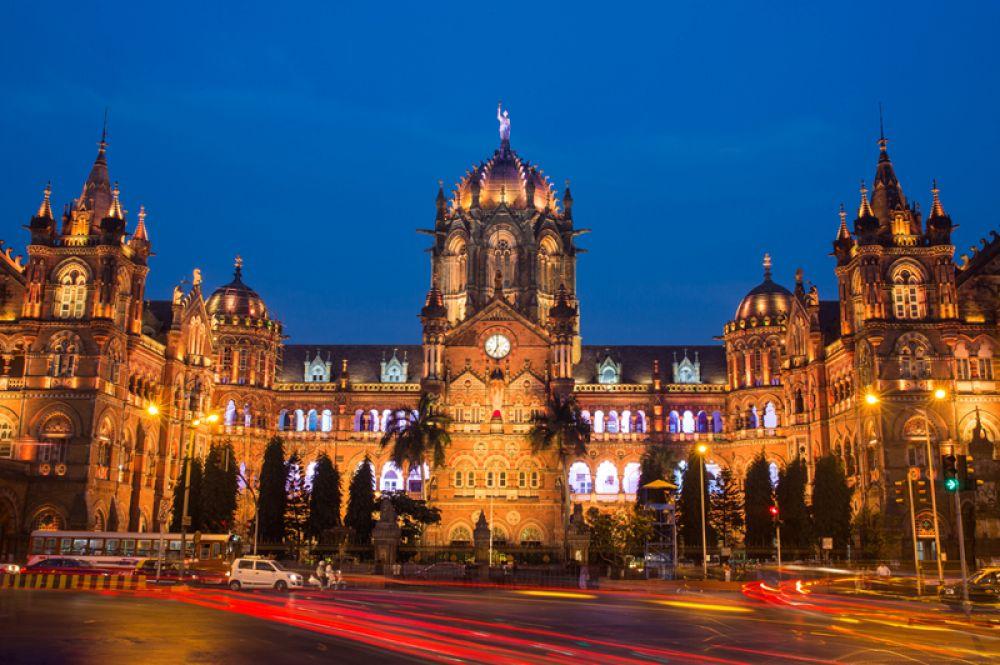 Мумбаи. Сейчас в городе живут 37 миллиардеров, на 8 меньше, чем в прошлом году. Их совокупное состояние оценивается в 184,4 млрд долларов. Самый богатый человек — владелец холдинга Reliance Industries Мукеш Амбани. В Мумбаи расположен его 27-этажный дворец, который признавали самым дорогим домом в мире.