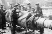 Рабочие завода «Электросила» монтируют первый советский ротор. Ленинград. 1931 г.