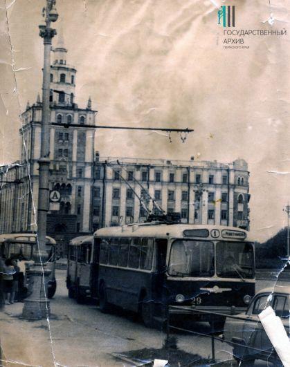 Троллейбус № 1 во время остановки у Комсомольской площади. Середина 1960-х годов.