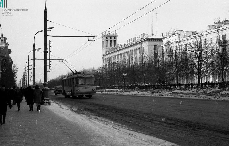 Троллейбус на Компросе напротив здания Пермэнерго, 1967 год.