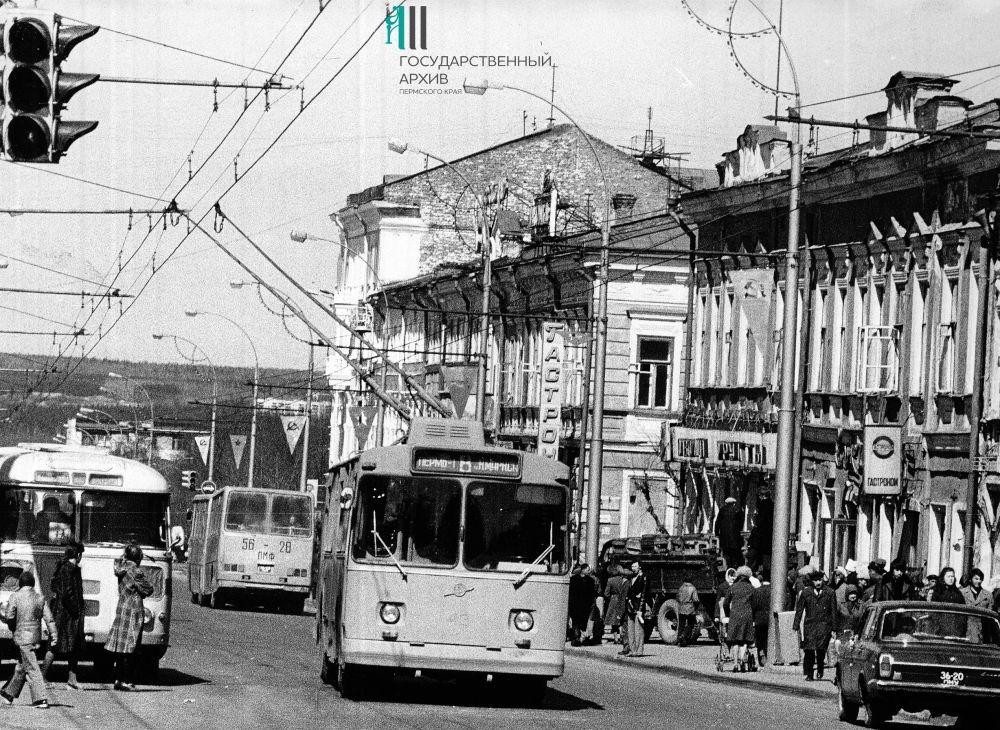Троллейбус на улице Сибирской, 1981 год.