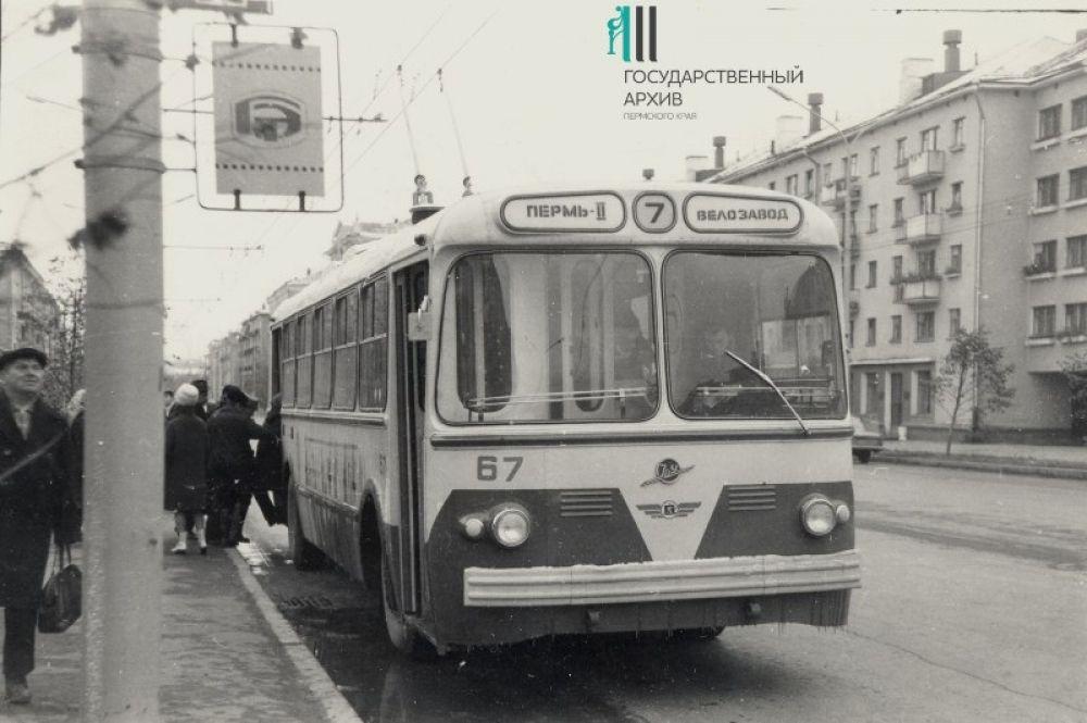 Троллейбус маршрута №7 «Пермь-II-Велозавод» на улице.
