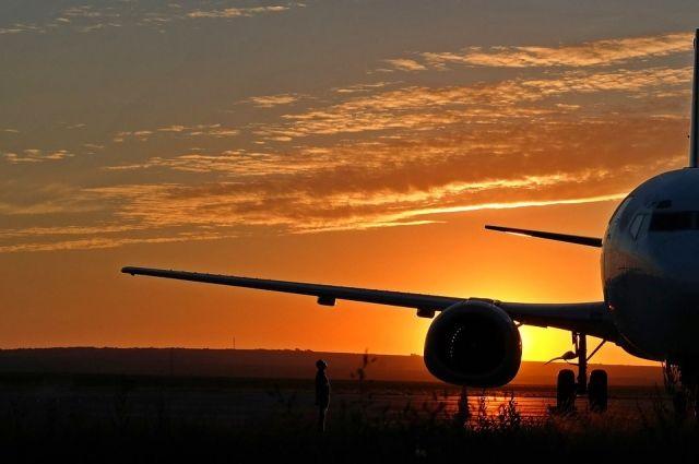 В аэропорту Ноябрьска спецмашина врезалась в самолет с пассажирами