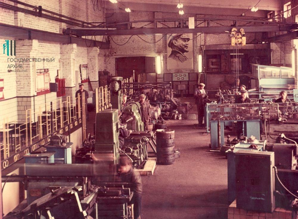 Механический участок троллейбусного депо Пермского городского трамвайно-троллейбусного управления. Внутренний вид, 1970-е годы.