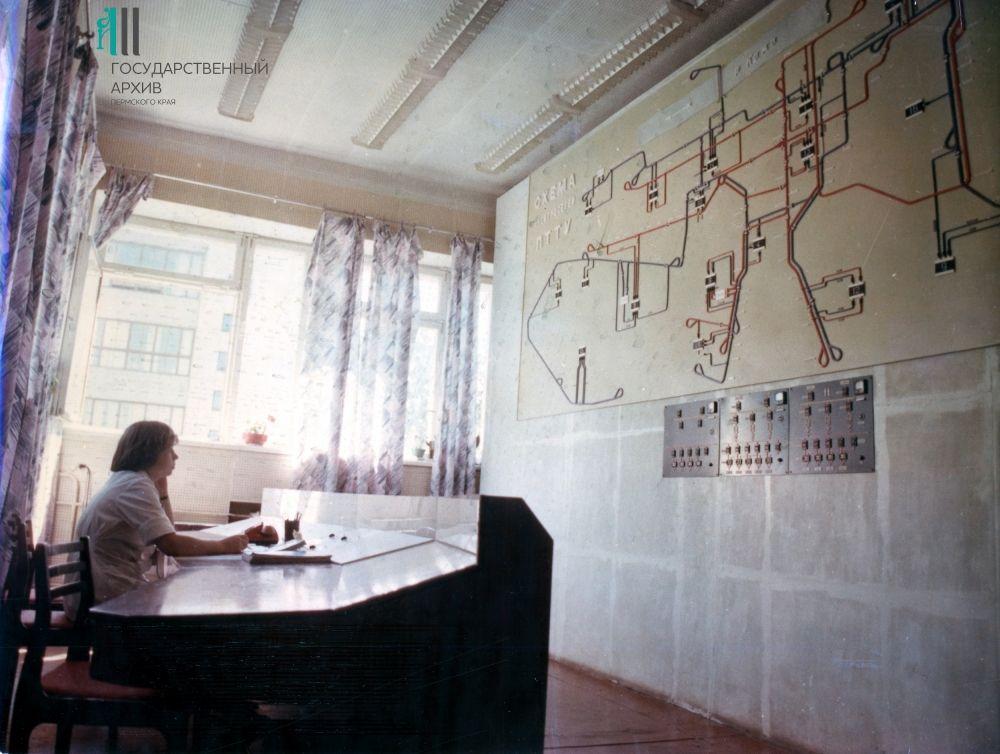 Операторы центральной диспетчерской Пермского городского трамвайно-троллейбусного управления во время работы, 1970-е годы.