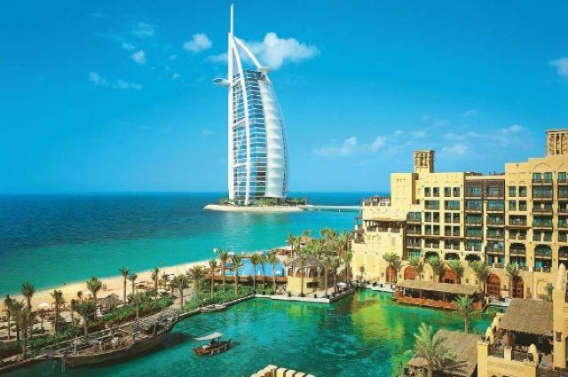 В Дубае создали двухметровую бутылку духов за 1,3 миллиона долларов