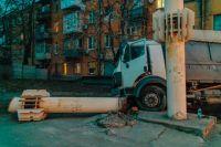 В Днепре зерновоз протаранил авто и врезался в вентиляционную систему метро