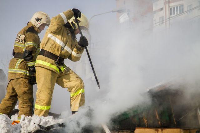 В Омске семь человек спаслись из горящего дома